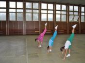 Česky: Trojice kadetek ve sportovním aerobicu