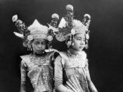 English: Repronegative. Portrait of two young Balinese dancers Français : Repronégatif. Portrait de deux jeunes danseuses balinaises. Bahasa Indonesia: Repronegatif. Potret dua gadis penari Bali Русский: Репронегатив. Портрет двух молодых танцовщиц с остр