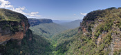 English: A panoramic view of the Jamison Valley in the Blue Mountains, New South Wales, Australia. Taken by myself with a Canon 5D and 24-105mm f/4L IS lens as a 3 segment exposure blended panorama. Français : Vue panoramique de la vallée de Jamison, dans