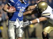 Quarterback Shaun Carney rushing Français : Le Quarterback Shaun Carney sprinte en portant la balle. Italiano: il quarterback Shaun Carney scatta portando la palla.