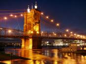 English: The Roebling Suspension Bridge, spanning the Ohio River from Covington to Cincinnati. Français : Le pont suspendu Roebling, sur l'Ohio River, entre Covington, dans le Kentuky, et Cincinnati, en Ohio, aux USA.
