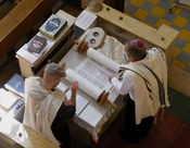 English: Reading of the Torah, Aish Synagogue, Tel Aviv, Israel.