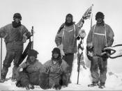 English: Last expedition of Robert Falcon Scott. The image shows Oates, Scott and Wilson (standing); and Bowers and Evans (sitting) Deutsch: Die letzte Expedition von Robert Falcon Scott. Das Bild wurde am 18. Januar 1912 per Selbstauslöser gemacht und ze