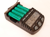 English: Battery charger for AAA (Micro) and AA (Mignon) rechargeable batteries controlled by a microcontroller Deutsch: Ein intelligentes, von einem Mikrokontroller gesteuertes Ladegerät für AAA (Micro) und AA (Mignon) Akkumulatoren