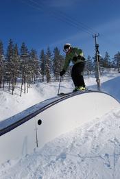 English: Skier on funbox in terrain park in Levi ski resort in Kittilä, Finland. Suomi: Laskettelija funboxin päällä Levin hiihtokeskuksessa Kittilässä.
