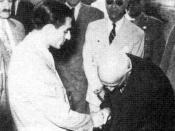 English: Prime minister Mohammad Mossadegh shaking hands with Mohammad Reza Schah Pahlavi