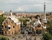 English: Houses in Park Güell designed by Antoni Gaudi, Barcelona, Spain Français : Maisons à l'entrée du Parc Güell, réalisées par Antoni Gaudi, Barcelone, Espagne