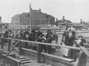 English: Immigrants entering the United States through Ellis Island, the main immigrant entry facility of the United States from 1892 to 1954. Español: Inmigrantes entran a los Estados Unidos a traves de la Isla Ellis, el mayor lugar de entrada a los Esta