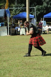 English: tossing of the caber at Scotland County Highland Games