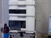 English: This is an Agilent 1200 HPLC with automatic sample carriage, quaternary pump, multiple wavelength detector and no column fitted, connected via ethernet to a PC.