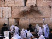 Jews pray in the Wailing Wall