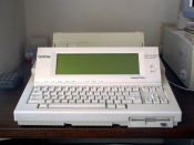 English: Image of a now obsolete hardware type word processor. Norsk (nynorsk): Teksthandsamingsmaskin