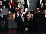 English: Bill Clinton, standing between Hillary Rodham Clinton and Chelsea Clinton, taking the oath of office of President of the United States.