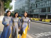 English: Young Vietnamese ladies in áo dài during the APEC 2006 event