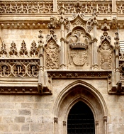 English: symbols and CoA of Ferdinand of Aragon and Isabella of Castile, (The catholic Kings) on a wall of the Capillar Real, where they are buried, in Granada, Spain Français : Symboles et armoiries de Ferdinand d'Aragon et Isabelle de castille, Les Rois