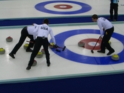 English: The United States curling team at the Turin Olympics. Français : L'équipe américaine de Curling aux Jeux olympiques d'hiver de Turin. Italiano: Curling nelle olimpiadi invernali di Torino del 2006. Pinerolo, Palaghiaccio.