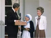 English: President Reagan presents Mother Teresa with the Medal of Freedom at a White House Ceremony, 1985.
