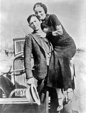 English: Bonnie Parker and Clyde Barrow, sometime between 1932 and 1934, when their exploits in Arkansas included murder, robbery, and kidnapping. Contrary to popular belief the two never married. They were in a long standing relationship. Posing in front