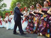 English: President George W. Bush greets dancers before their performance during Cinco De Mayo festivities at the White House Friday, May 4, 2001. Deutsch: US-Präsident George W. Bush empfängt Tänzer vor ihrem Auftritt während des Cinco de Mayo-Festes vor