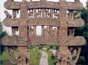 English: Carved decoration of a gateway to the Great Stupa of Sanchi, Madhya Pradesh, India. עברית: עיטור אבן בראש שער המוביל אל הסטופה הגדולה בסנצ'י, מדהיה פרדש, הודו