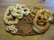 English: Selection of sweet and hearty pretzels (Germany) Deutsch: Auswahl von süßen und herzhaften Brezeln, Salzstangen und Abwandlungen davon