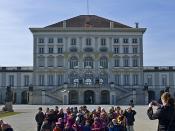 Delegation vor dem Schloss Nymphenburg