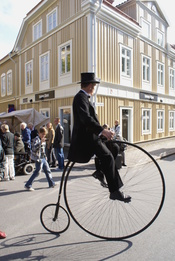 English: Uncle on Penny-farthing Svenska: Farbror på cykel.