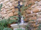 Una botella de vodka Absolut junto a una cruz, tras el botellón en Alcalá la Real, Jaén, España.