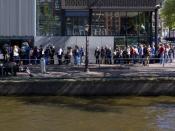 English: People waiting in line in front of the Anne Frank Museum in Amsterdam, the Netherlands. Nederlands: Mensen wachten in de rij voor het Anne Frank Museum in Amsterdam, Nederland.