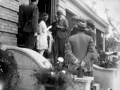 Miss Cameron reading an address on the steps of Government House in the presence of the Prince of Wales, Winnipeg... / Mlle Cameron lisant une allocution sur les marches du Palais du gouvernement, à Winnipeg... en présence du prince de Galles...