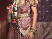 English: Aesan Gede is traditional wedding costumes of Palembang, South Sumatra, Indonesia. It employs songket fabrics with silver and golden threads, also golden jewelries. This rich and luxurious costumes displays the grandeur of Srivijaya empire.