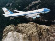 English: Air Force One, the typical air transport of the President of the United States, flying over Mount Rushmore. Español: Air Force One, el transporte aéreo del Presidente de los Estados Unidos, volando sobre Monte Rushmore.