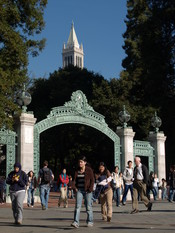 English: The Campanile and Sather Gate on the UC Berkeley campus, 2006 Author: Tristan Harward