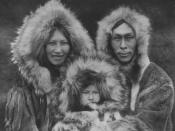English: Inuit family, 1928. Español: Grupo familiar Noatak. Los esquimales fueron uno de los pueblos tomados por Lewis Binford para establecer comparaciones con el Musteriense europeo por medio de la traducibilidad. Frysk: Eskimo famylje. Hrvatski: Noata