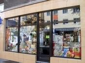 English: Shop with table-cloths and bedding textiles at ulica Starowiejska, Gdynia. Polski: Sklep z obrusami i pościelą na ulicy Starowiejskiej w Gdyni.