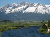 English: The Sawtooth mountain Range and the main Salmon River in Idaho, USA.