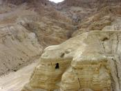 Qumran in the West Bank, Middle East. In this cave the Dead Sea Scrolls were found. In dieser Höhle in Qumran wurden die Schriftrollen gefunden.