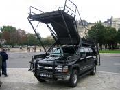 Véhicule d'intervention du GIGN lors des journées de sécurité intérieures 2009 sur l'esplanade des Invalides. À noter que le véhicule Chevrolet Suburban 4x4 SWATEC est équipé du système HARAS (Height Adjustable Rescue Assault System).
