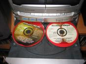English: Compact Disc player carousel for three CDs.