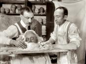 English: Two men making a death mask, New York, circa 1908. Français : Deux hommes modelant un masque mortuaire, New York, 1908.