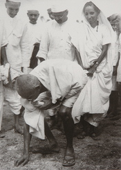 English: Gandhi at Dandi, South Gujarat, picking salt on the beach at the end of the Salt March, 5 April 1930. Behind him is his second son Manilal Gandhi and Mithuben Petit. Français : Gandhi at Dandi, sud du Gujarat, ramassant du sel sur la plage le 5 a