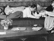English: Fritz Lang and his wife Thea von Harbou in their Berlin apartment, 1923 or 1924, cropped. Deutsch: Fritz Lang mit seiner Ehefrau, der Schriftstellerin Thea von Harbou in der Wohnung in Berlin-Schmargendorf, Hohenzollerndamm 52. Aufgenommen 1924,