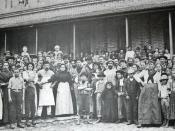 Português: Imigrantes europeus posando para fotografia no pátio central da Hospedaria dos Imigrantes de São Paulo.