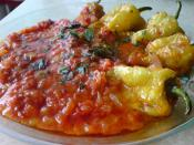 English: Fried pepper with tomato sause and basil. Traditional Bulgarian cuisine. Български: Пържени чушки с доматен сос. Традиционна българска кухня.
