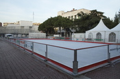 English: Mobile ice skating rink in city center. Español: Pista de hielo móvil en el centro ciudad.