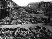 English: Rows of bodies fill the yard of Lager Nordhausen, a Gestapo concentration camp. עברית: שורות של גופות מאות אסירים בחצר מחצה הריכוז נורדהאוזן. בתמונה נראות פחות ממחצית הגופות של האסירים שמתו ברעב או ביריות אנשי הגסטפו. Italiano: File di cadaveri d
