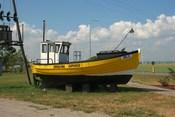 English: Unused fishing boat in Swarzewo. Polski: Nieużywany kuter we wsi Swarzewo.