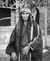 English: Bedouin woman in Jerusalem. Gaeilge: Bean Bedouin i Iarúsailéim, idir 1898 agus 1914 This is a restored version of the original LoC .tif file with damaged areas cropped and missing foliage replaced at far upper right. Dirt and scratches removed,