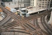English: Cross junction in the northwest corner of the Loop in Chicago. Русский: Перекрёсток в северо-западном углу «петли» в Чикагском метрополитене.