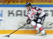 English: Finnish ice hockey defenseman Matti Kuusisto playing for Ässät Pori in October, 2008. Suomi: Suomalainen jääkiekkopuolustaja Matti Kuusisto Porin Ässien riveissä lokakuussa 2008.